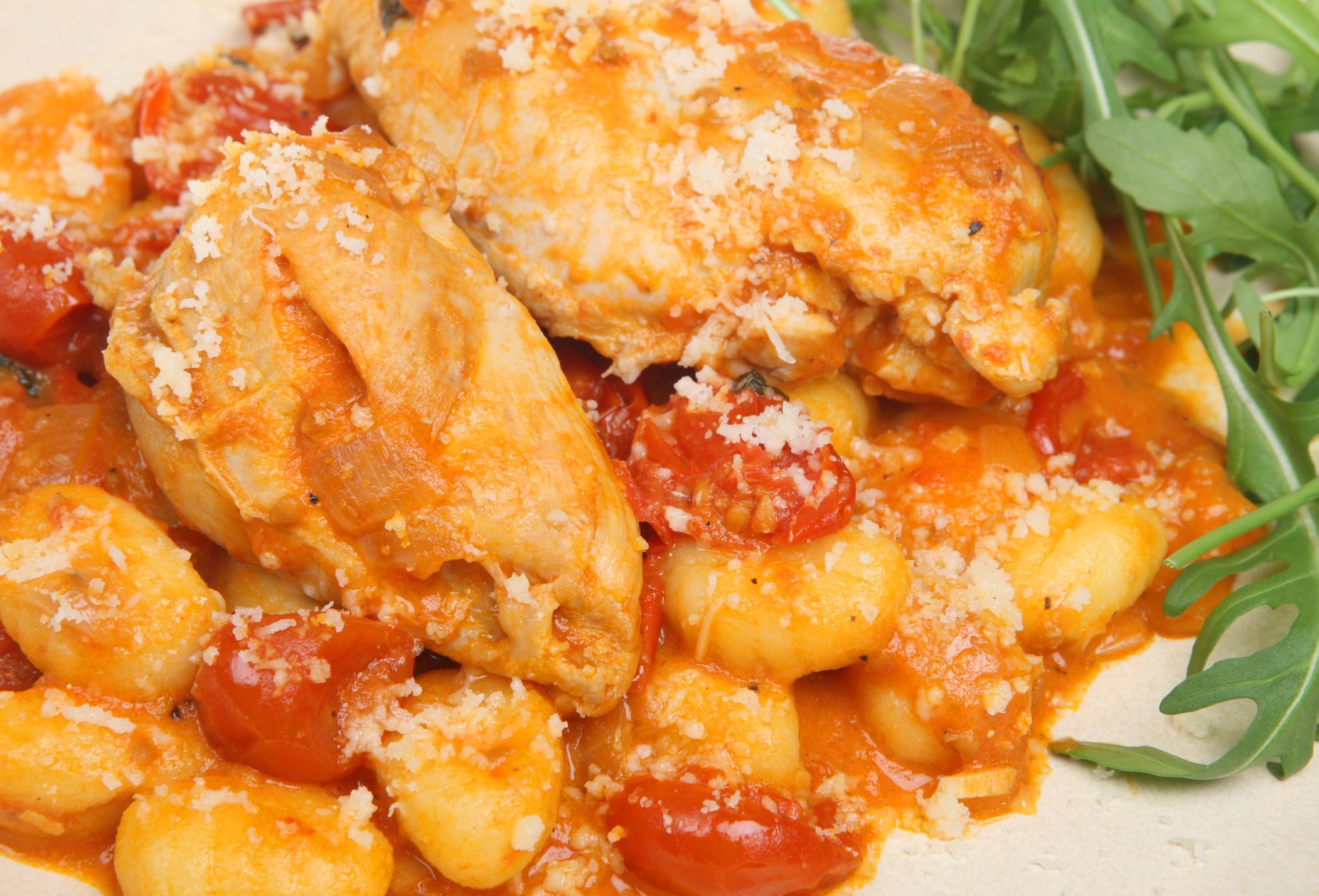 Ñoquis con trozos de pollo sin piel en salsa de tomates
