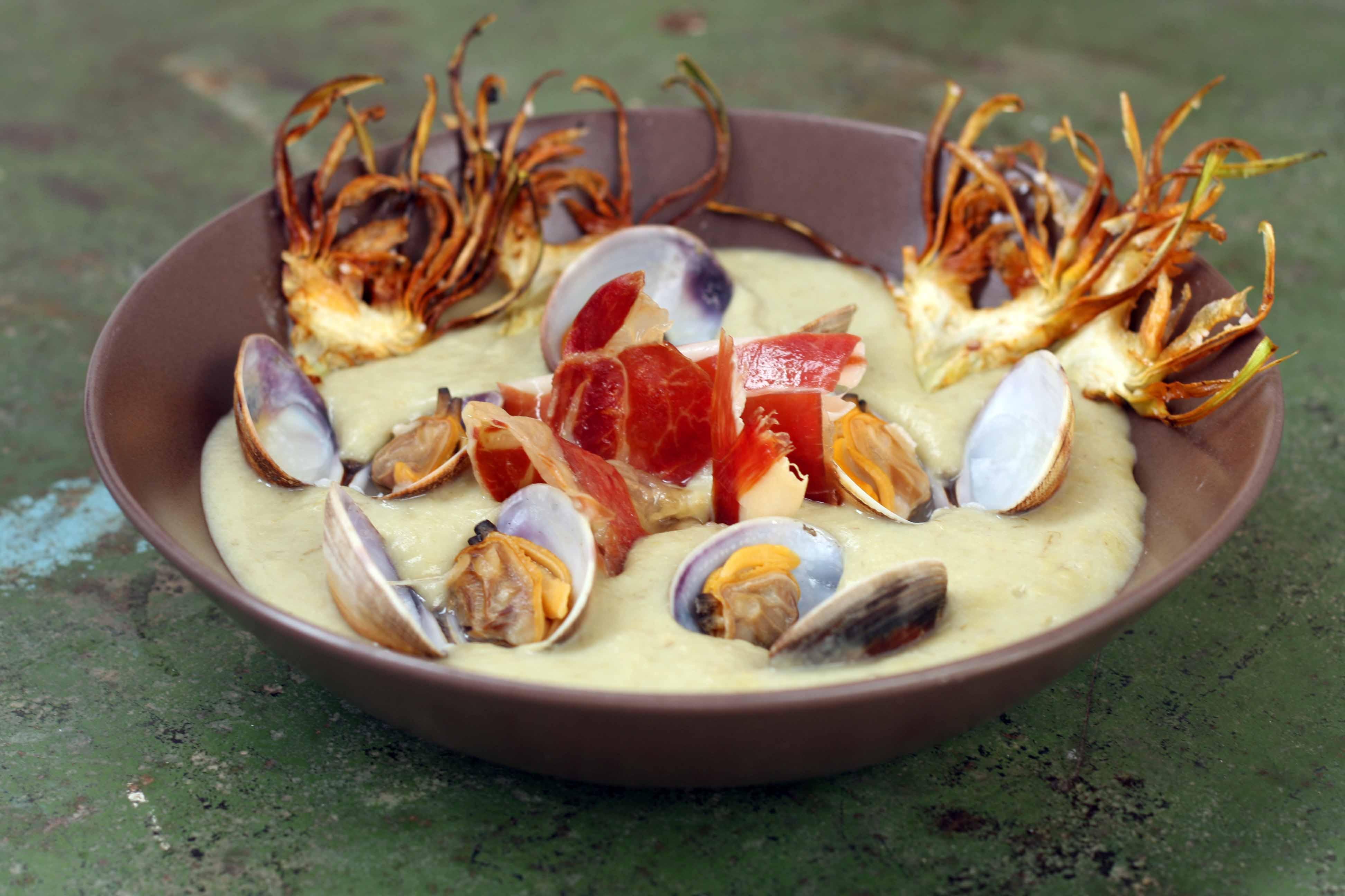 Crema de alcachofas con almejas y jamón serrano