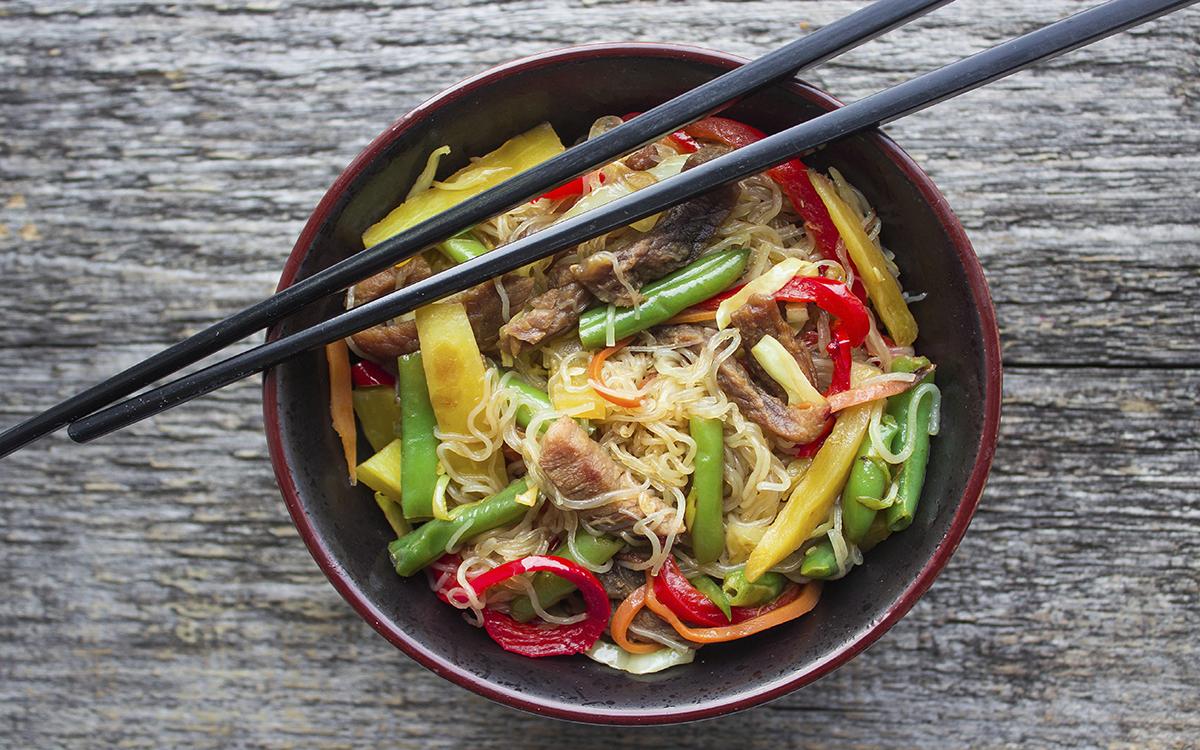 Noodles transparentes con ternera y verduritas