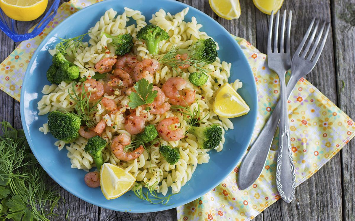 Pasta con gambas y brócoli
