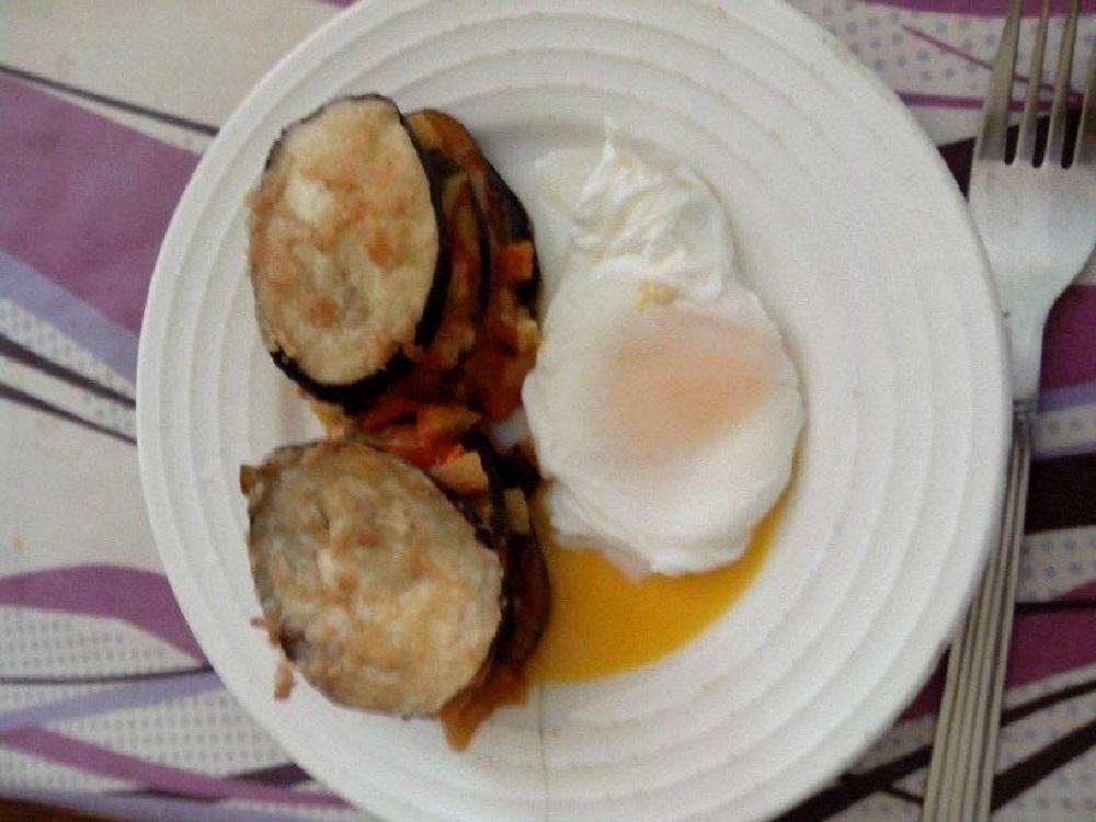 berenjenas crujientes con  pisto y huevos  poche