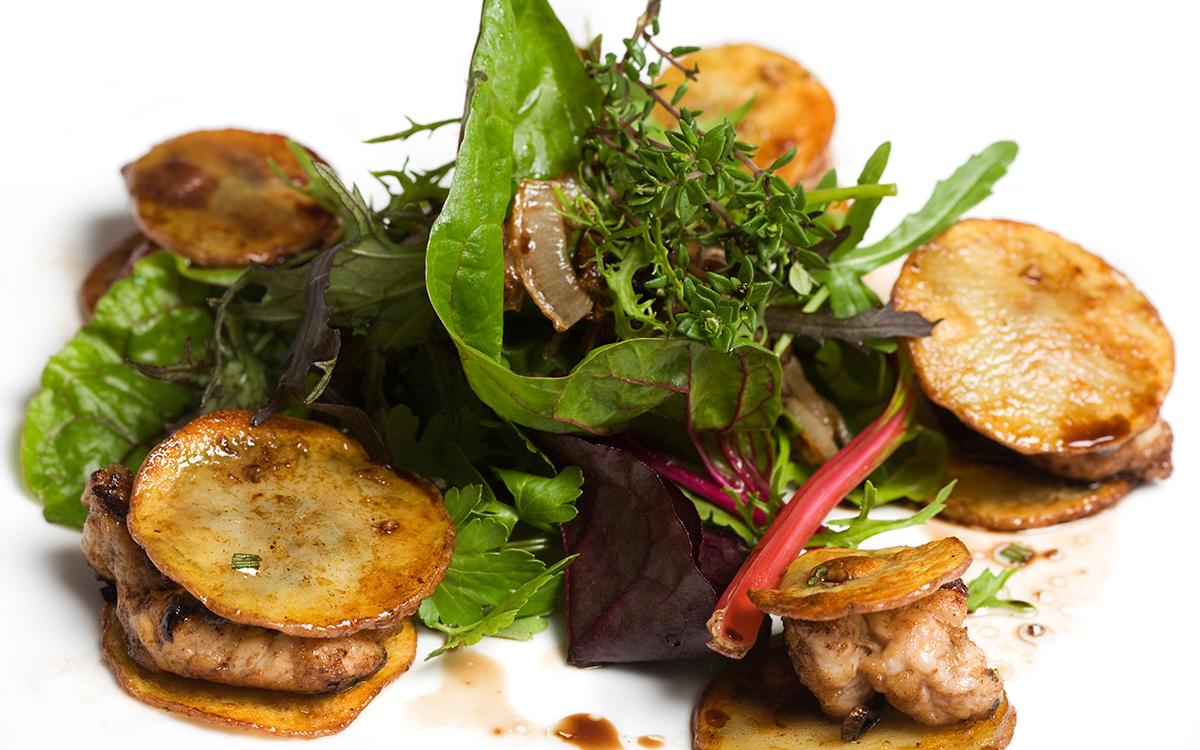 Mollejas de ternera con patatas asadas y ensalada