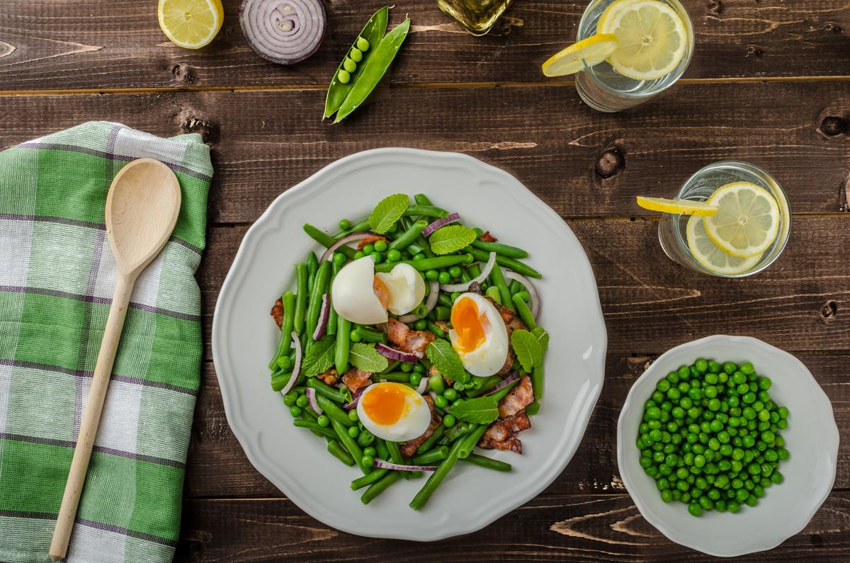 Judias verdes con guisantes, bacón y huevo semiduro