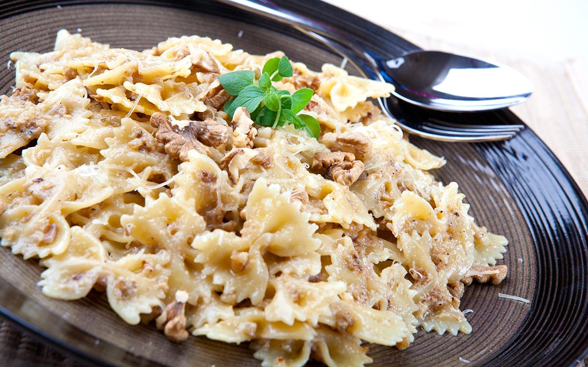 Lazos de pasta con salsa de queso y nueces