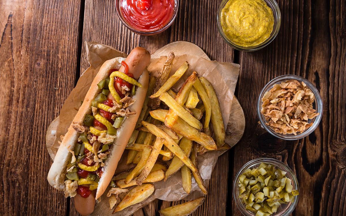 Hotdog con encurtidos y cebolla
