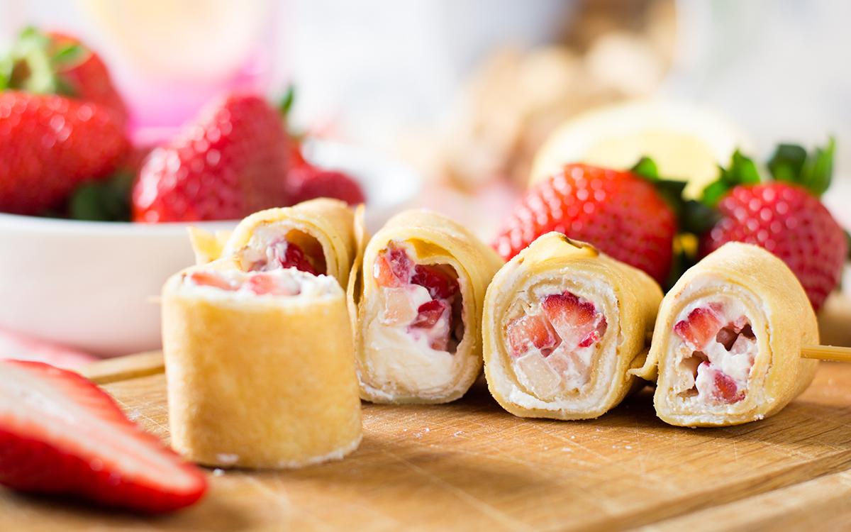 Brochetas de crepes con fresas y queso cremoso