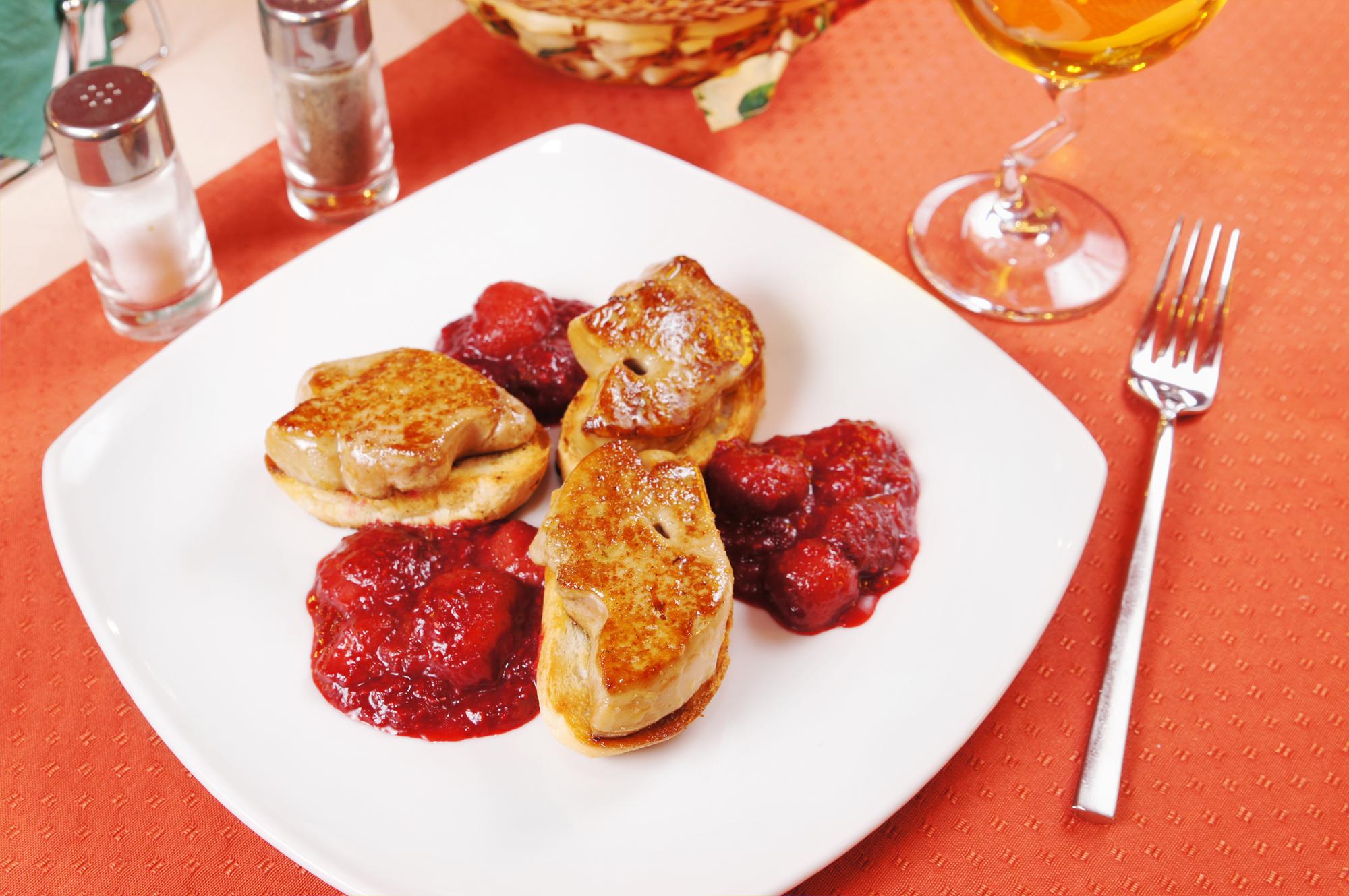 Foie fresco con salsa de manzana y frutos rojos