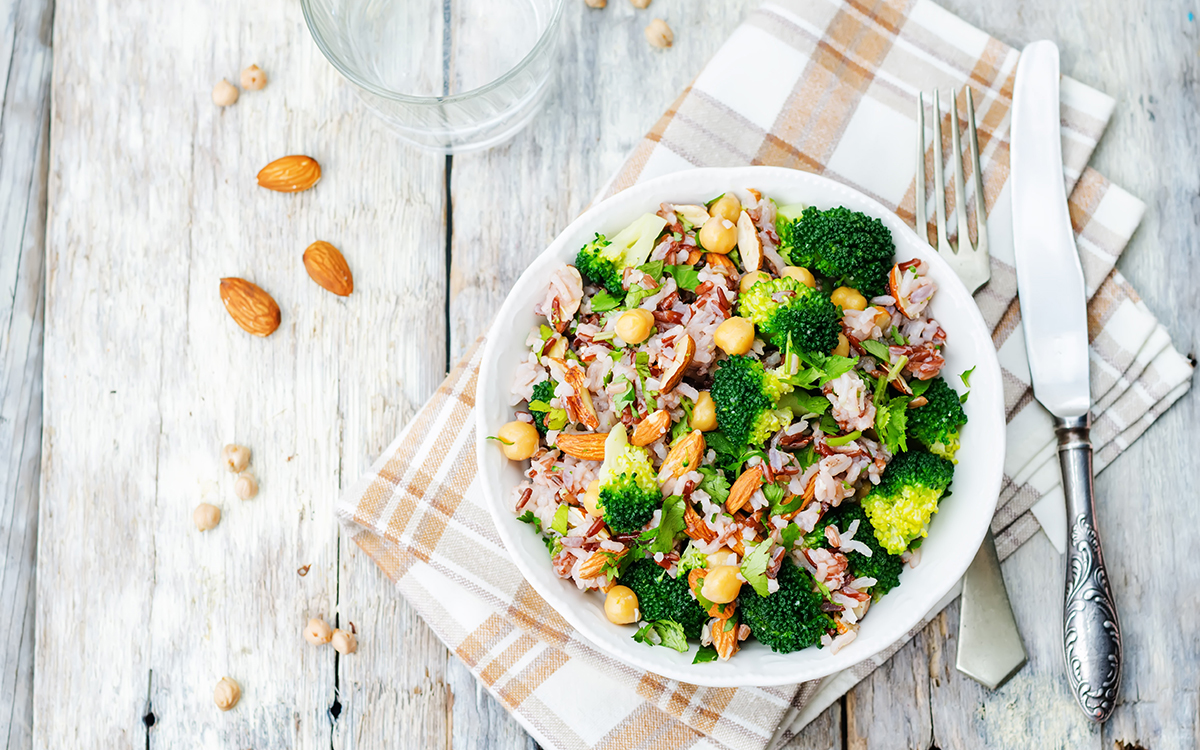 Ensalada de arroz, brócoli y garbanzos