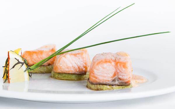 dados de salmon con mayonesa de huevas