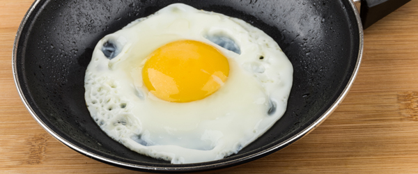 C mo hacer un huevo frito demos la vuelta al d a for Cocinar yema de huevo