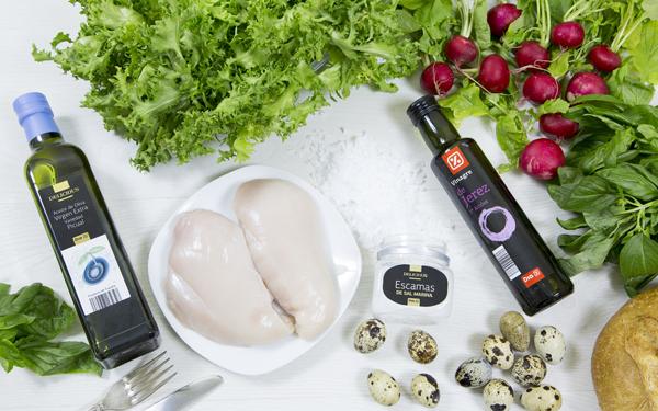 ensalada de huevos codorniz, pollo y croutons