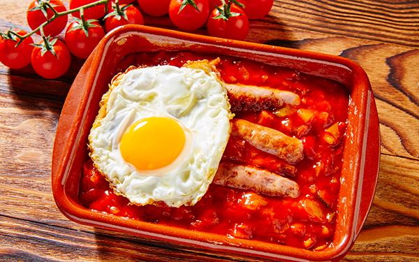 huevos fritos con salchichas y pisto
