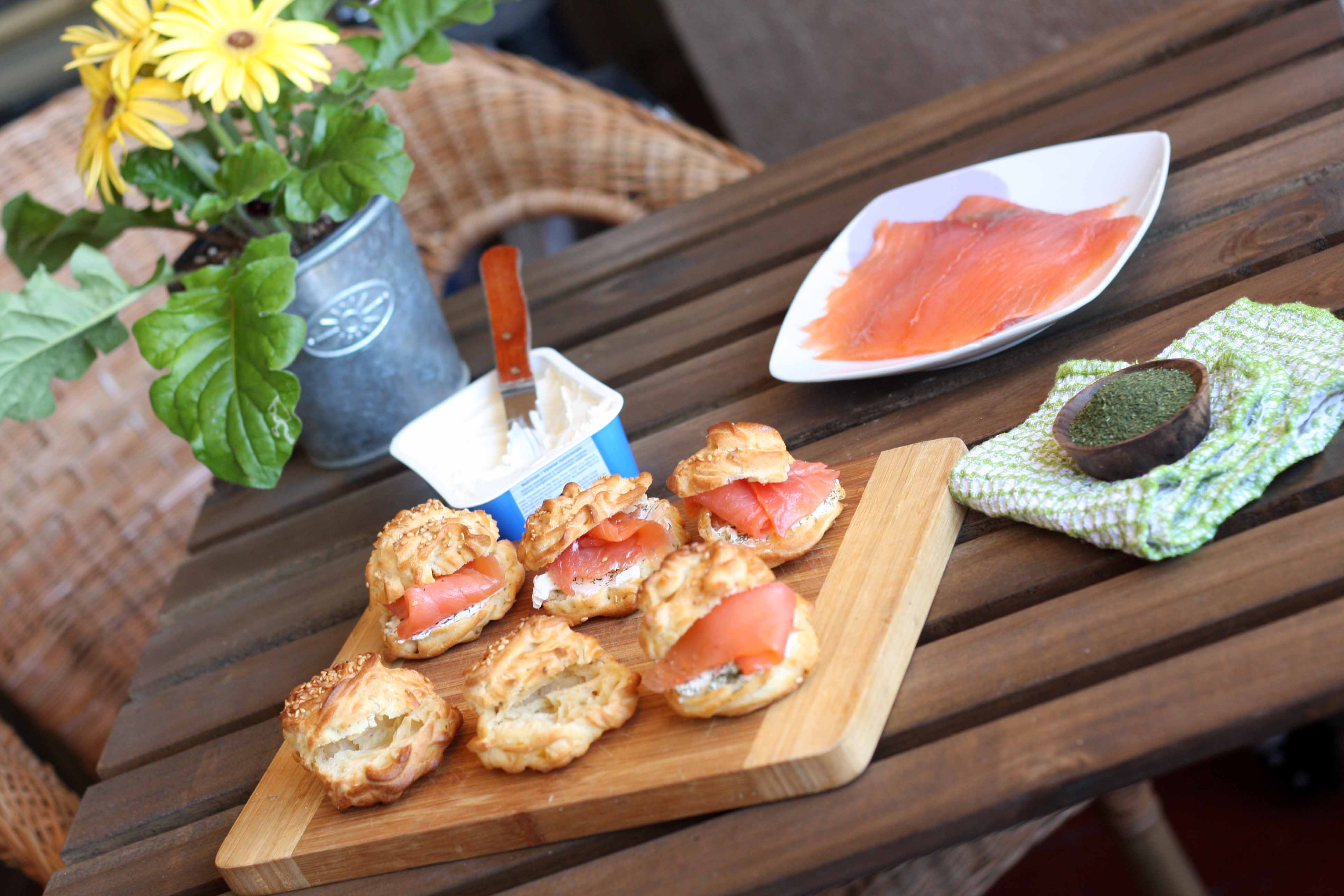 Profiteroles con salmón ahumado y queso crema