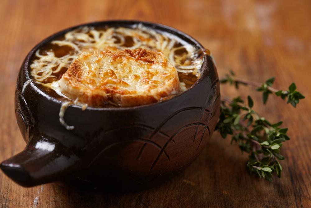 Sopa de cebolla con jamón de pato