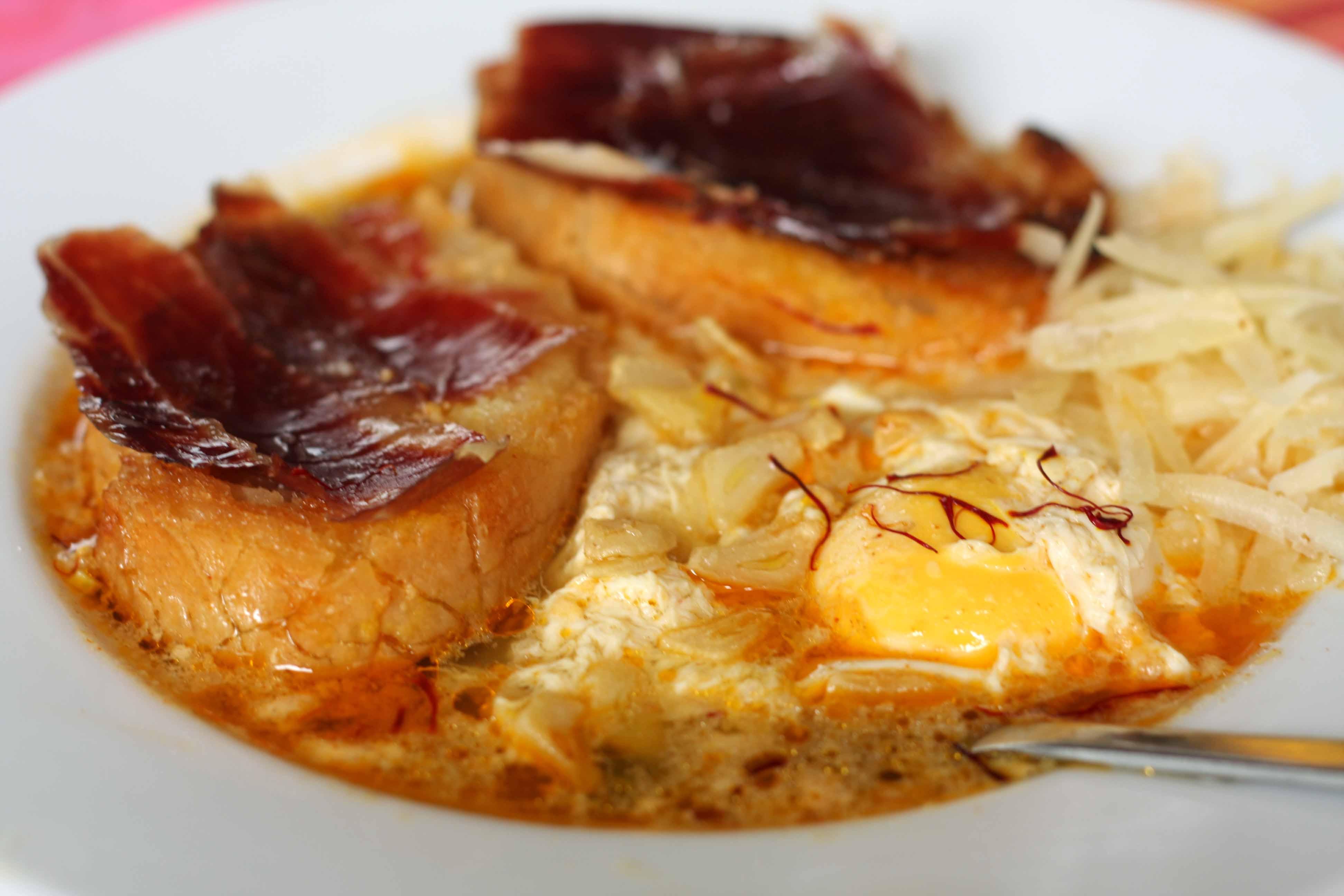 Sopa de ajo con jamón ibérico y queso manchego