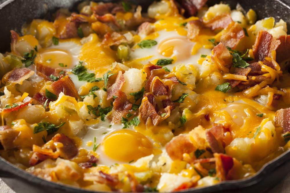 Revuelto de patata, tocino y huevo