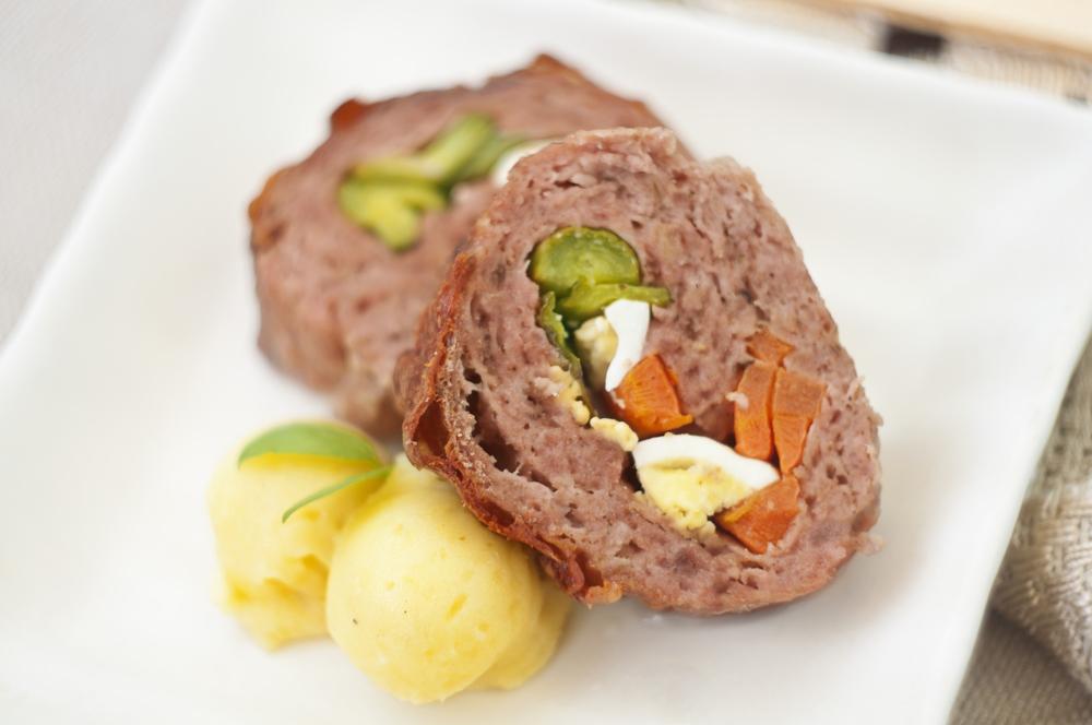 Rollo de carne relleno de huevo y verduras