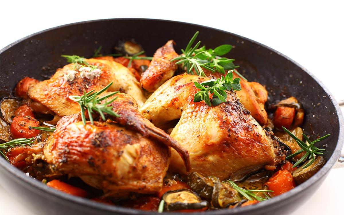Pollo asado con hierbas aromáticas y verduras