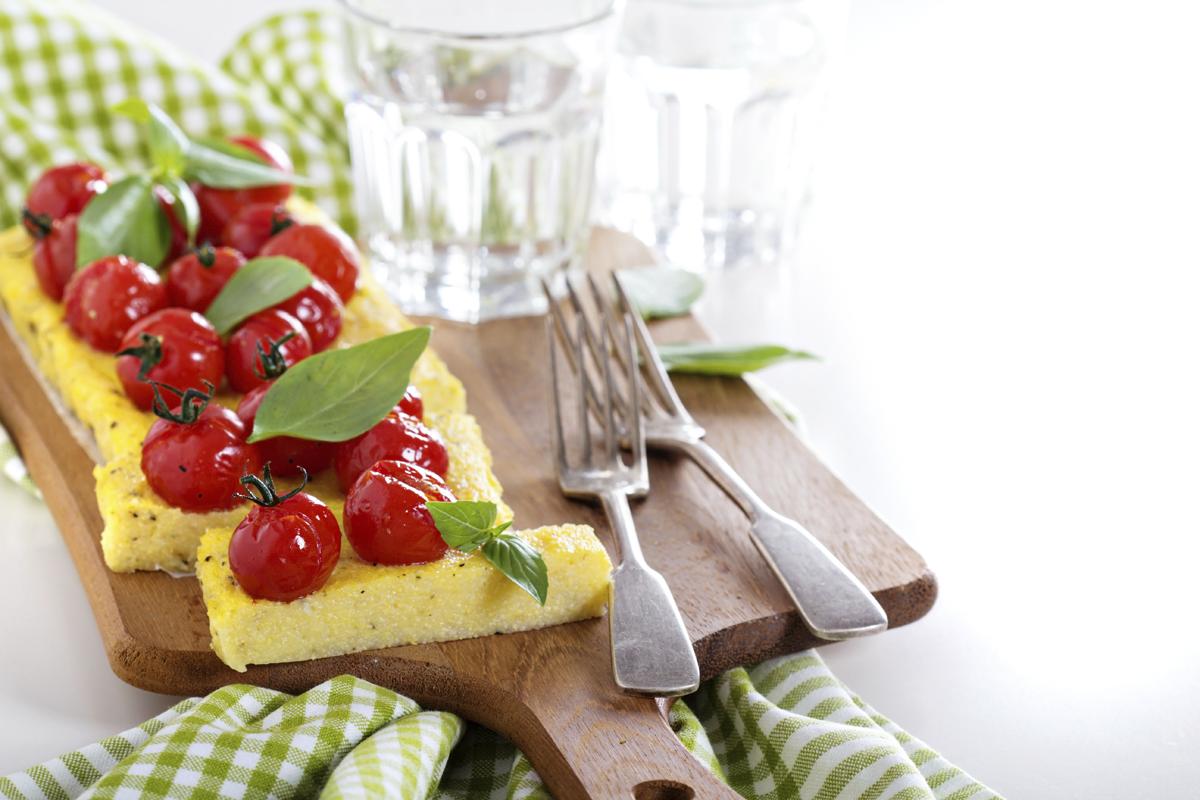 Tarta de polenta con tomatitos
