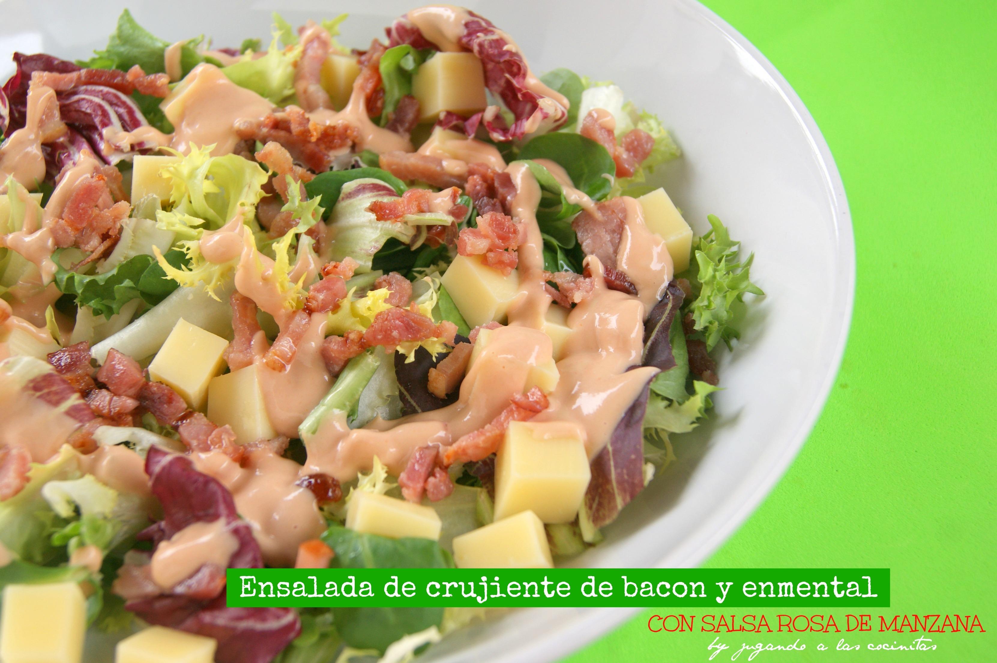 Ensalada con bacon crujiente, queso enmental y salsa rosa de manzana