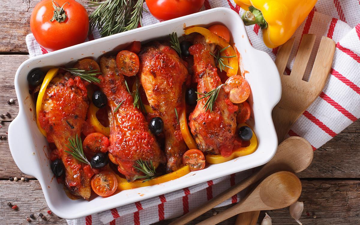 Muslos de pollo con tomates cherry y aceitunas