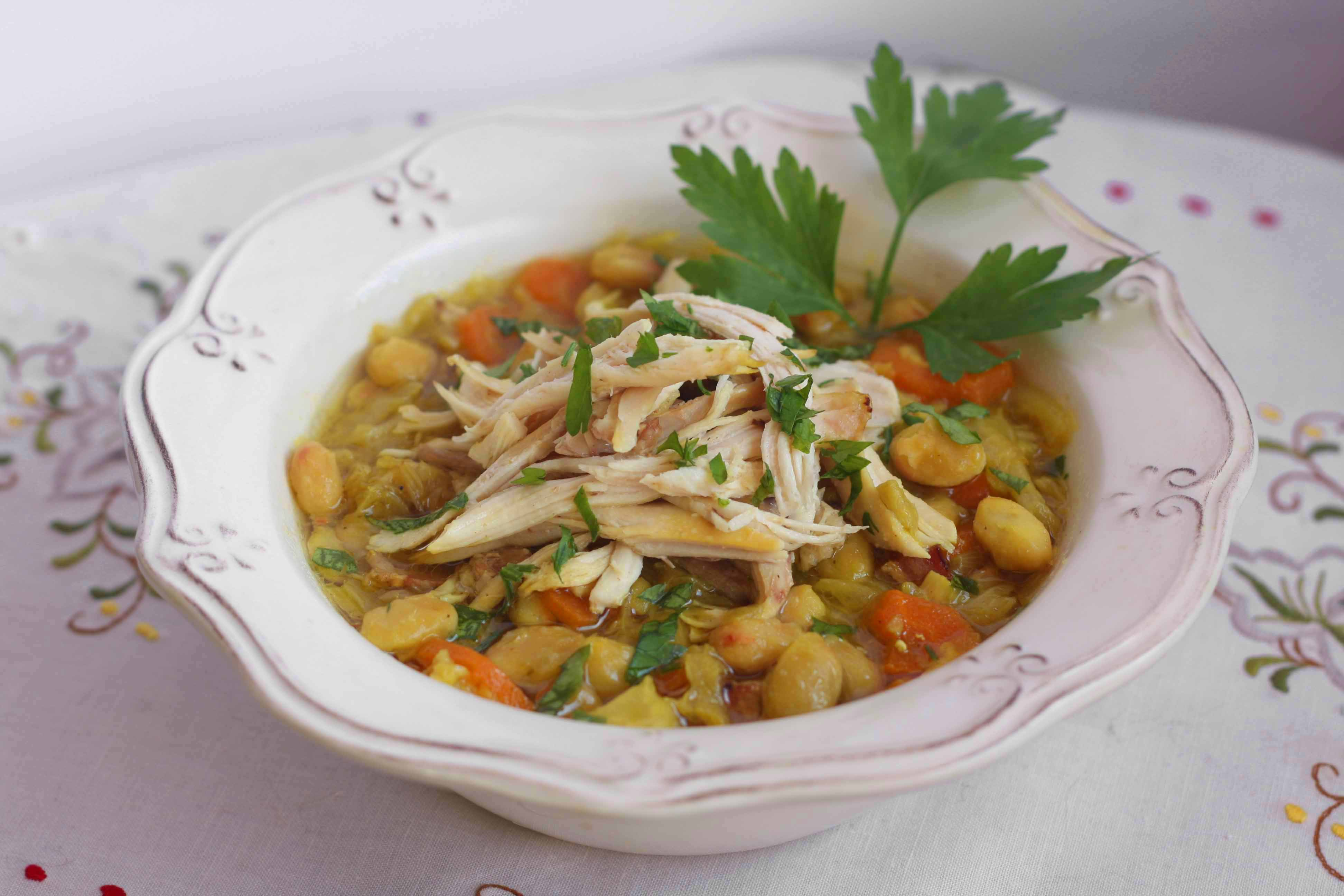 Sopa de pollo y repollo con alubias