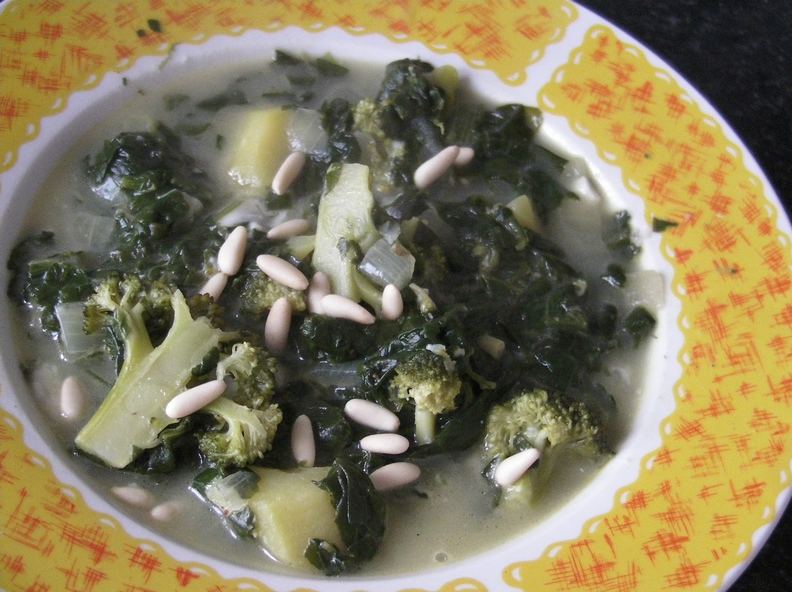 Sopa de brocoli y espinacas con queso gorgonzola y piñones
