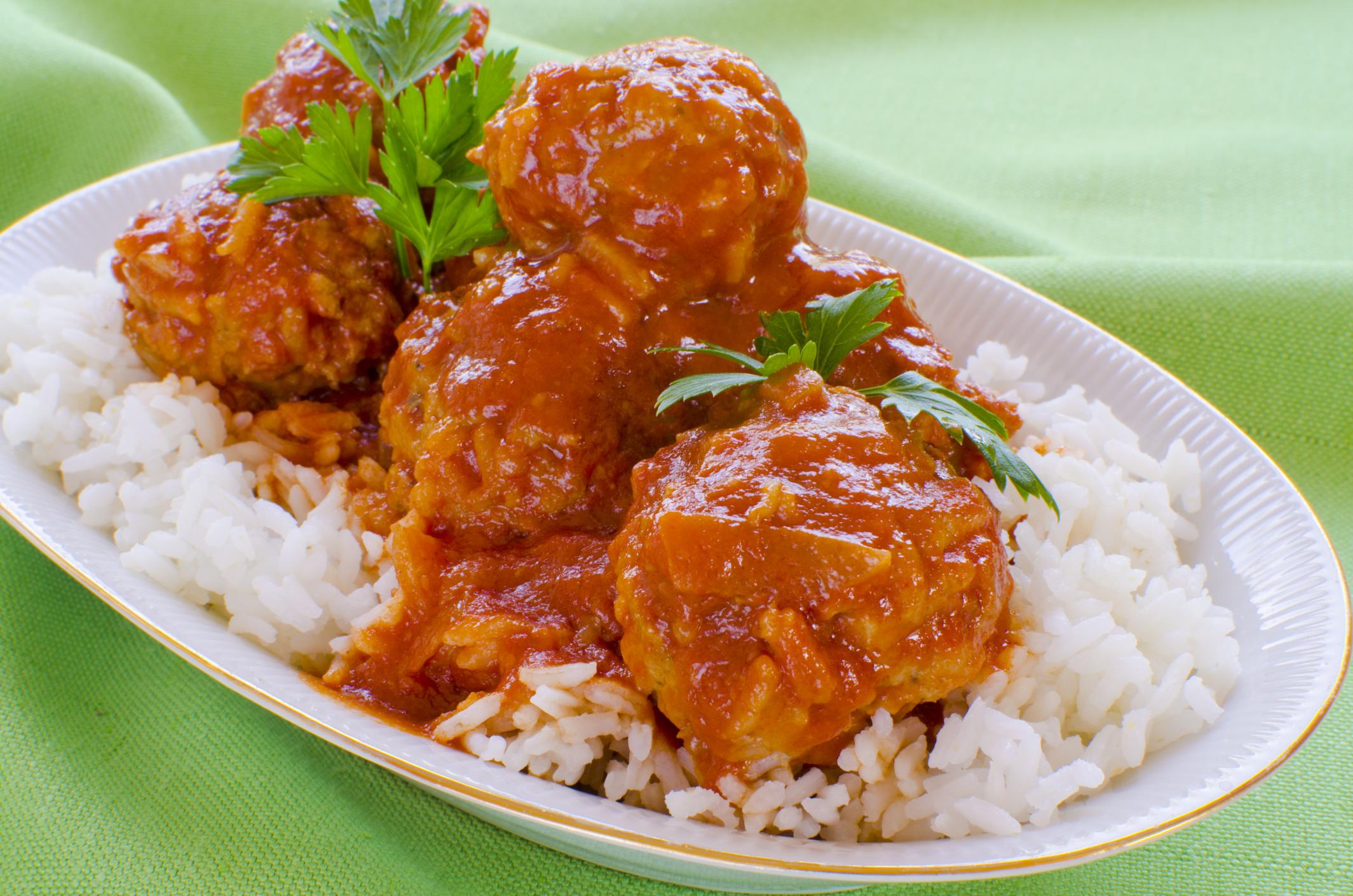 Albóndigas de carne con arroz cocido