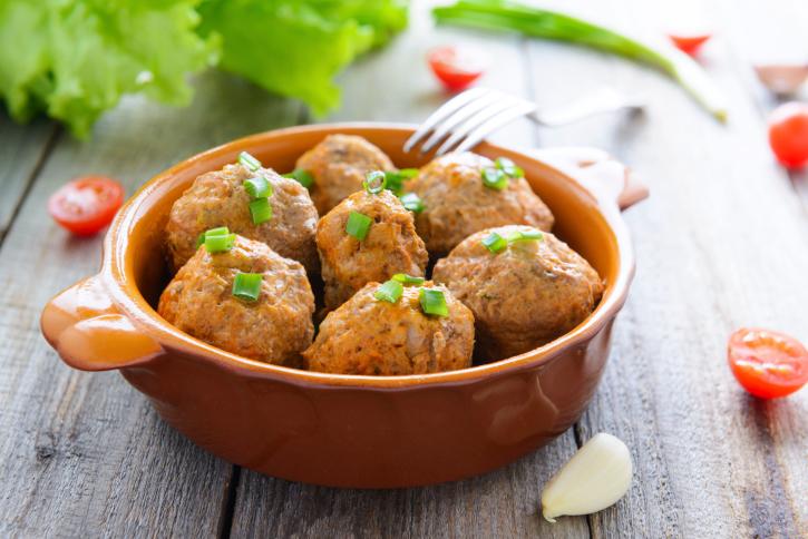Albóndigas de berenjenas, cebollita y patatas