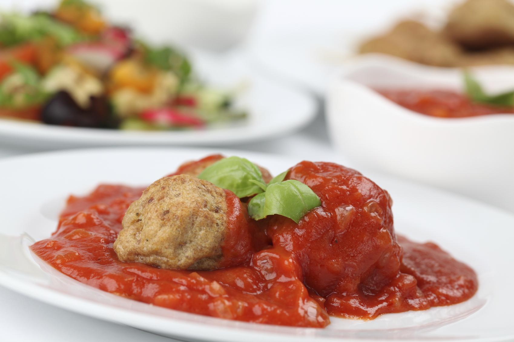 Albóndigas de pollo en salsa napolitana