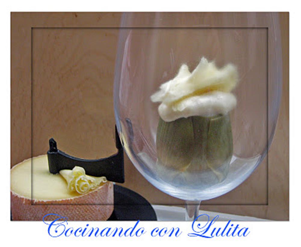 Alcachofas a la crema de queso, con flor de queso suizo