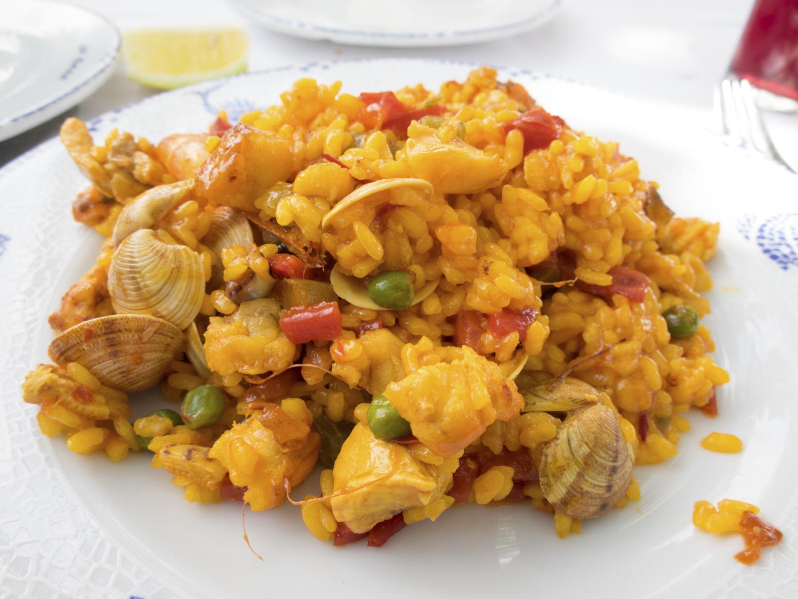 Arroz amarillo con verduras y marisco