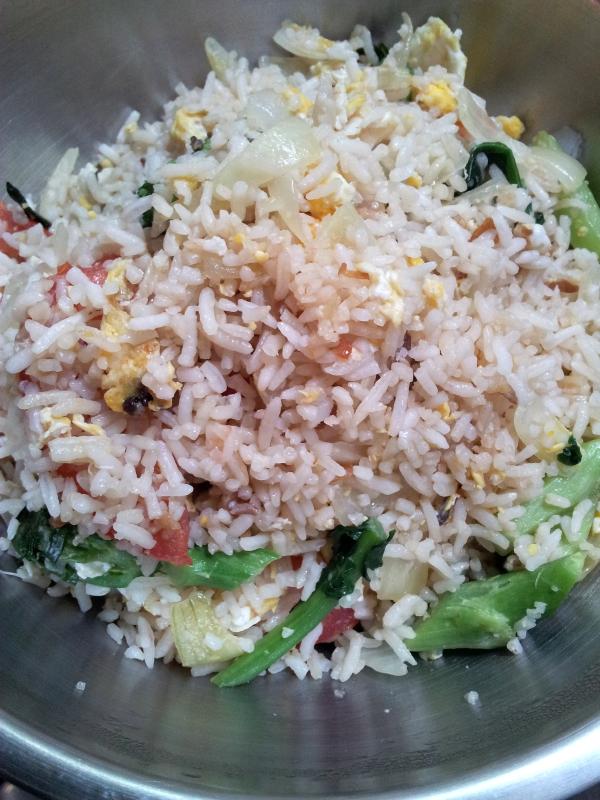 Arroz con verduras cocinados en wok