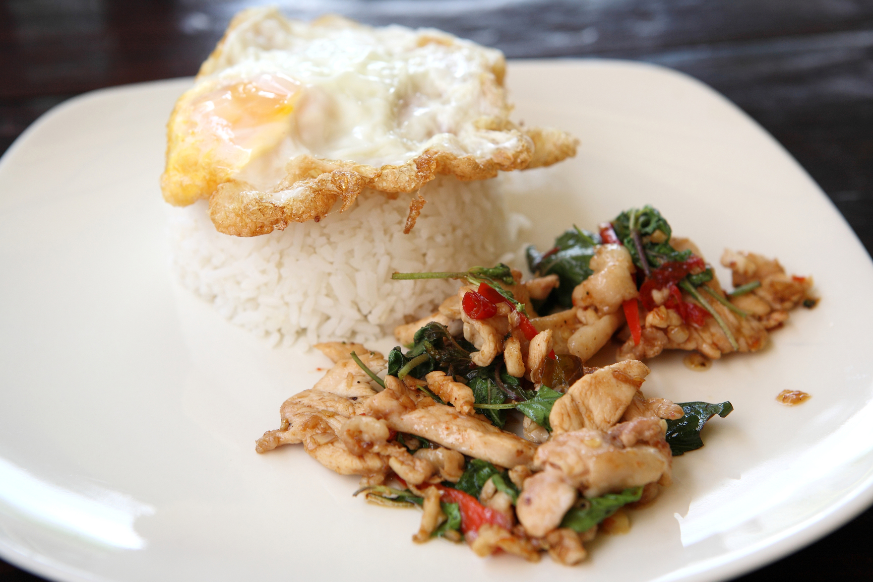 Pollo salteado, arroz y huevo frito