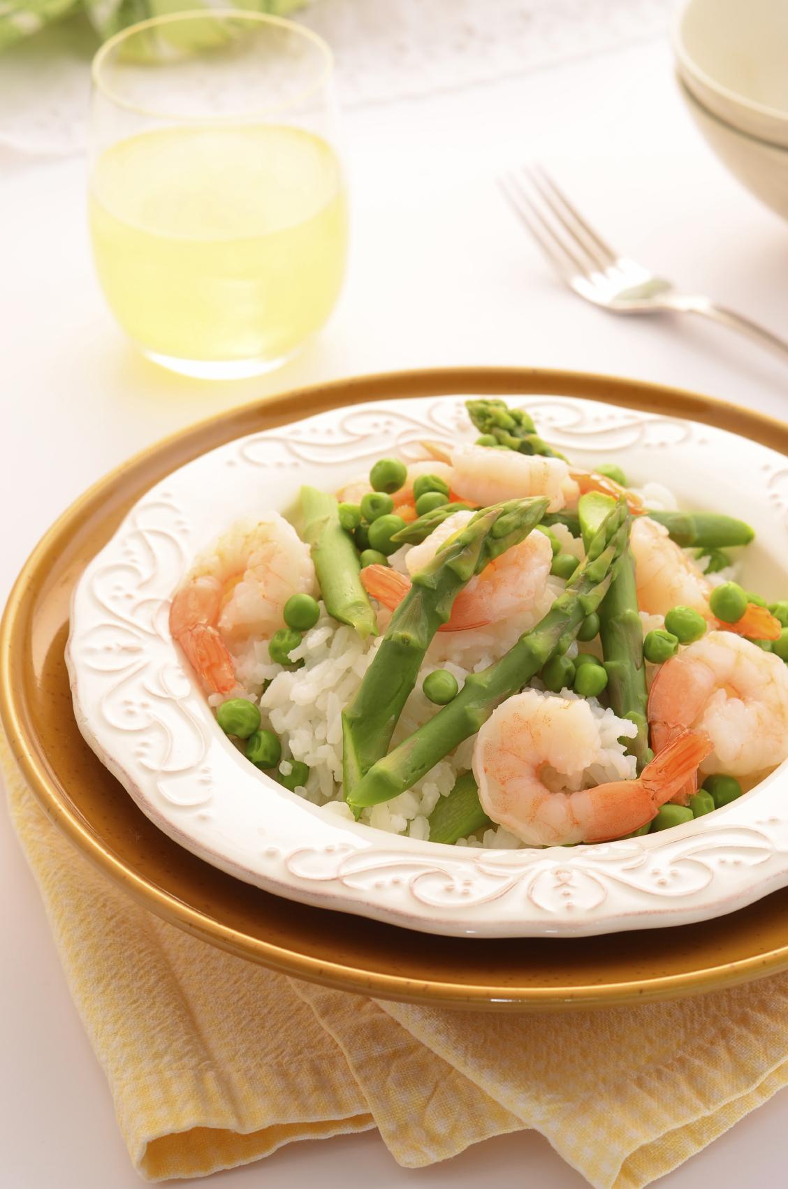 Arroz verde con espárragos y camarones