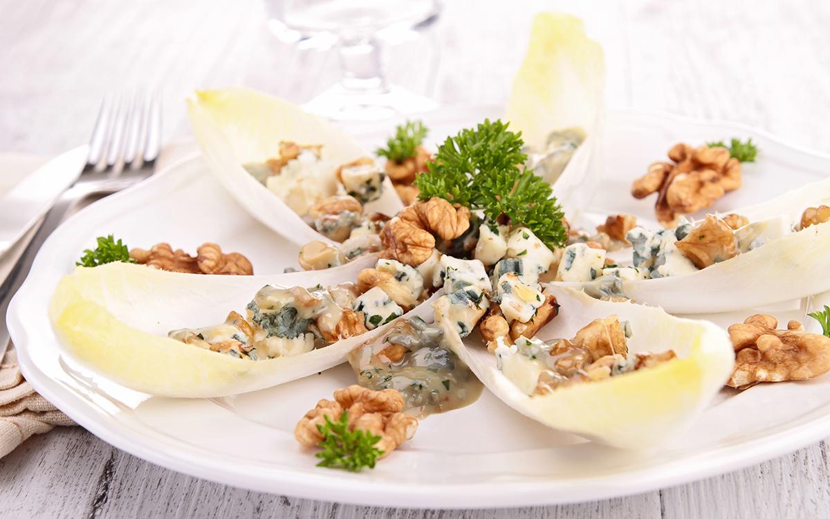 Barquitas de endivias con roquefort y nueces y bechamel suave de cebolla