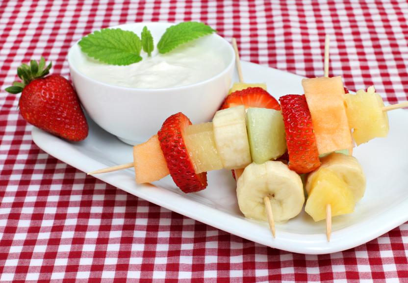 Brochetas con frutas de temporada