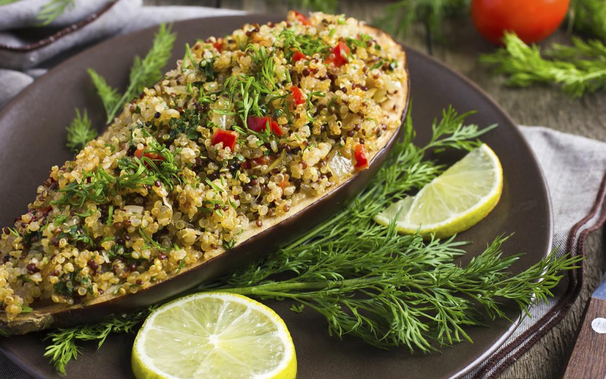Berenjena rellena con quinoa
