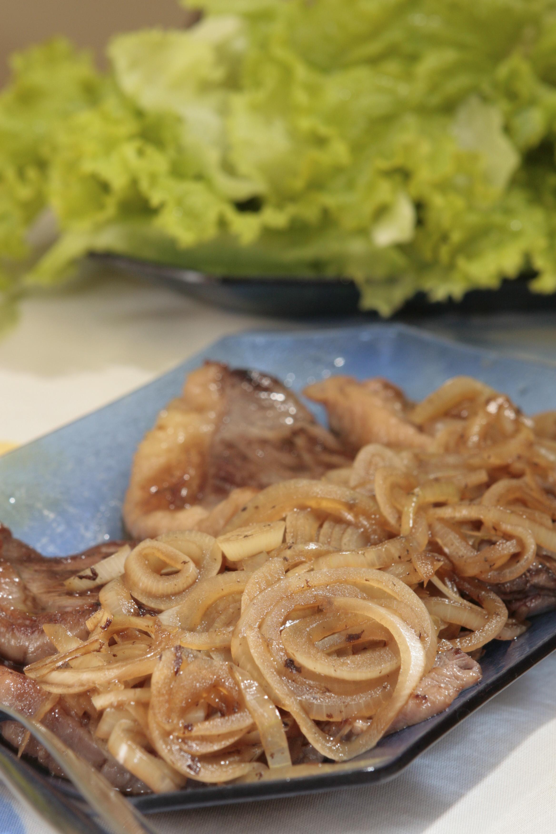 Filetes de ternera con cebolla y manzana