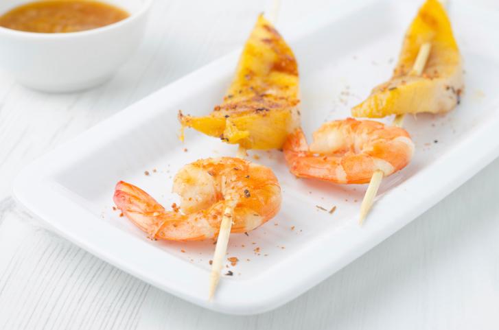 Brochetas de camarón y mango