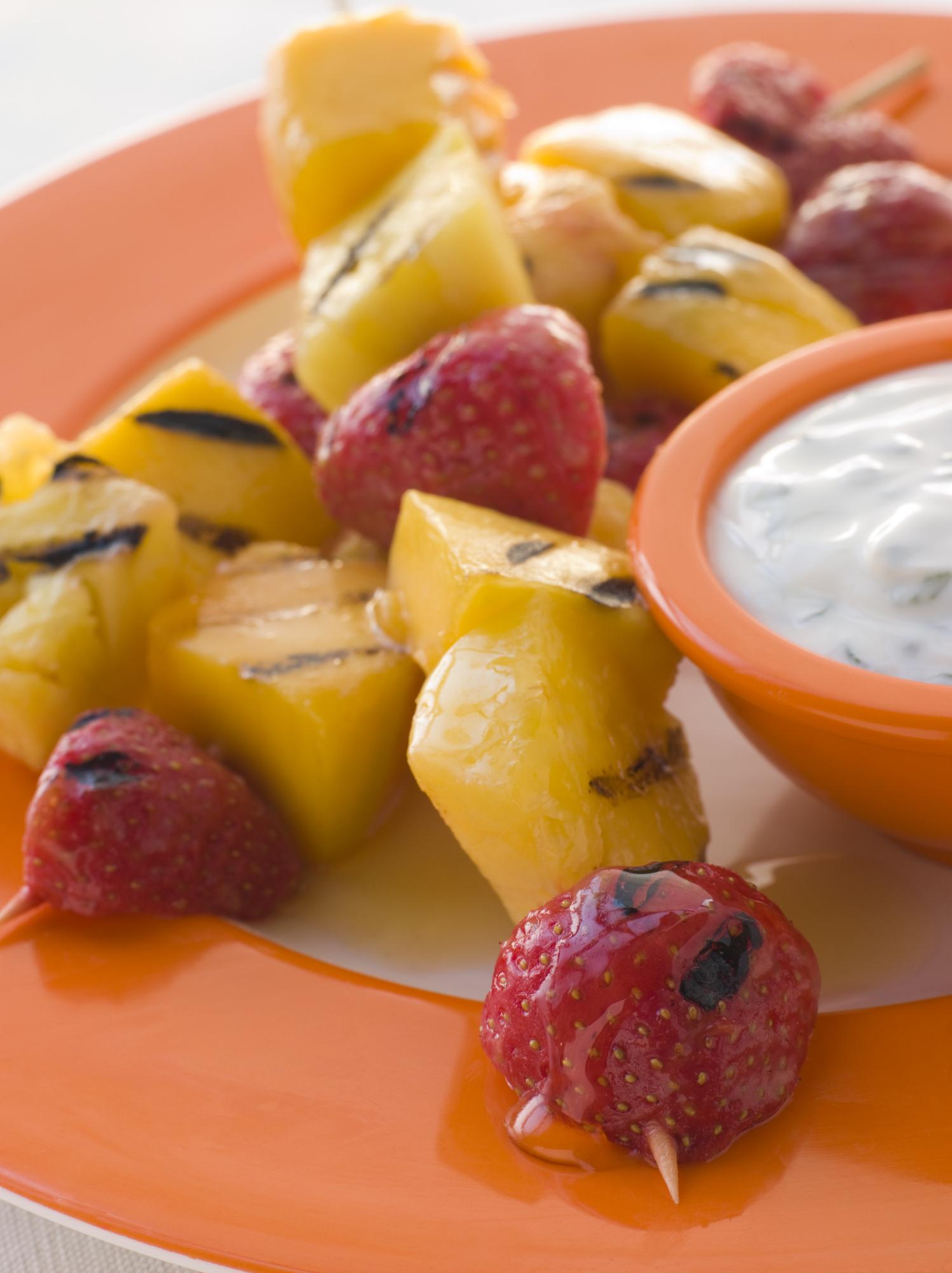 Brochetas de frutas caramelizadas con crema inglesa