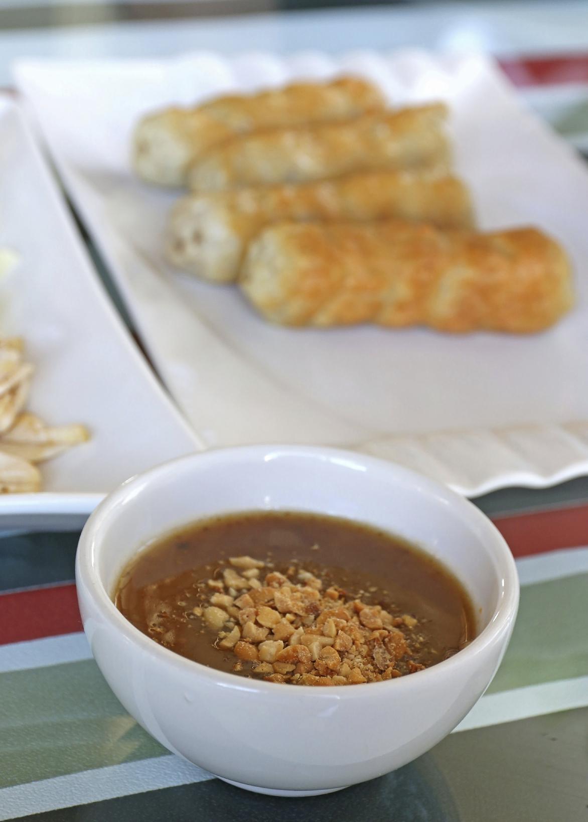 Brochetas de pescado con salsa de nuez