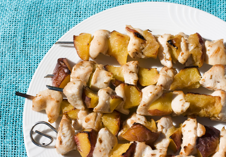 Brochetas de pollo y nectarina o melocotón