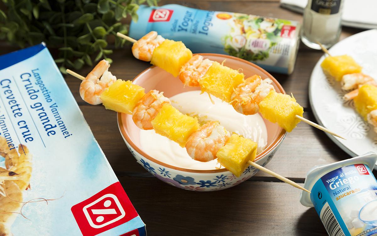 Brochetas de langostinos y piña con salsa de yogur y coco