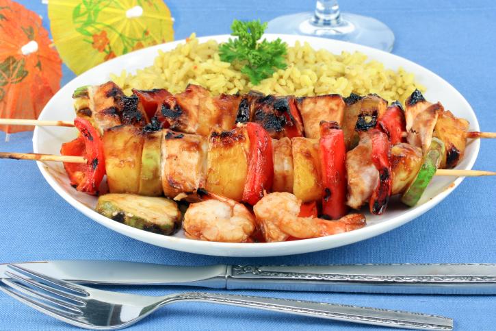 Brochettes tropicales con timbal de arroz