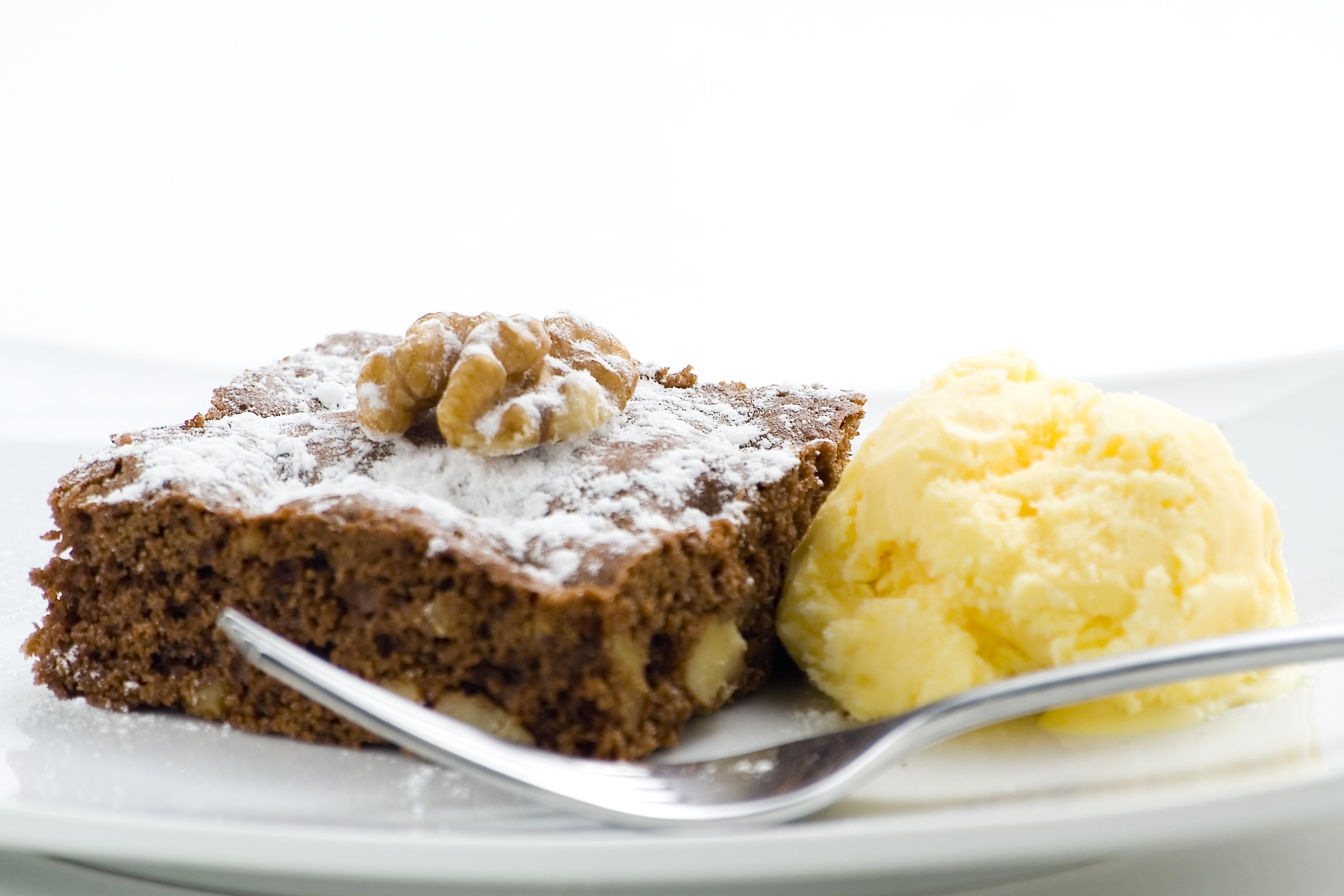 Brownie con helado y nueces
