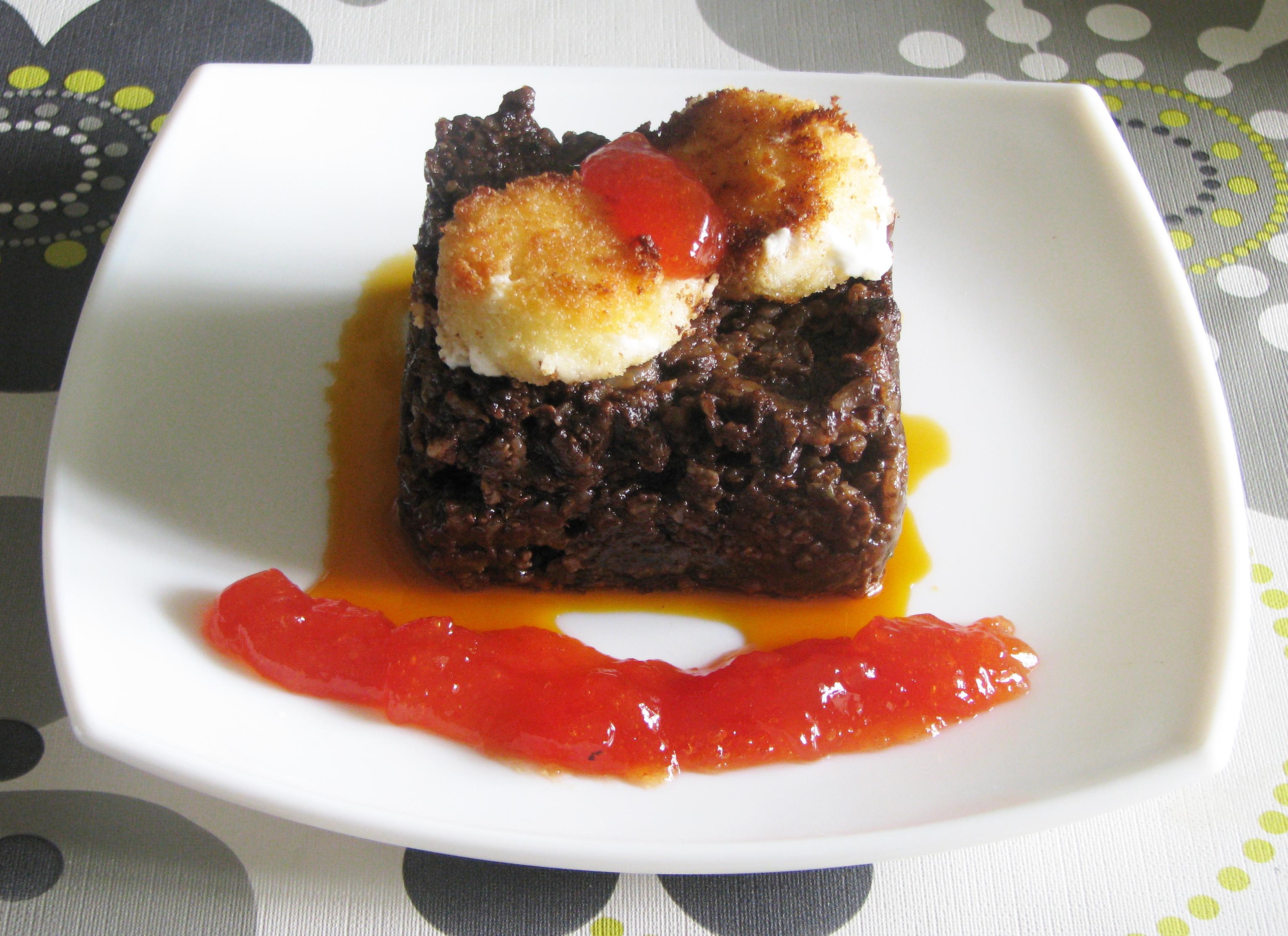 Brownie de morcilla con queso de cabra y mermelada de tomate y albahaca