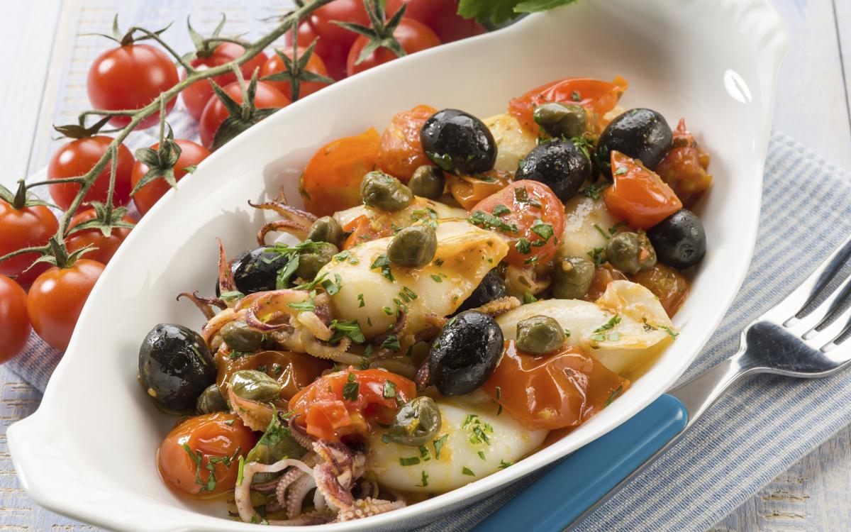 Calamares con tomates y aceitunas negras