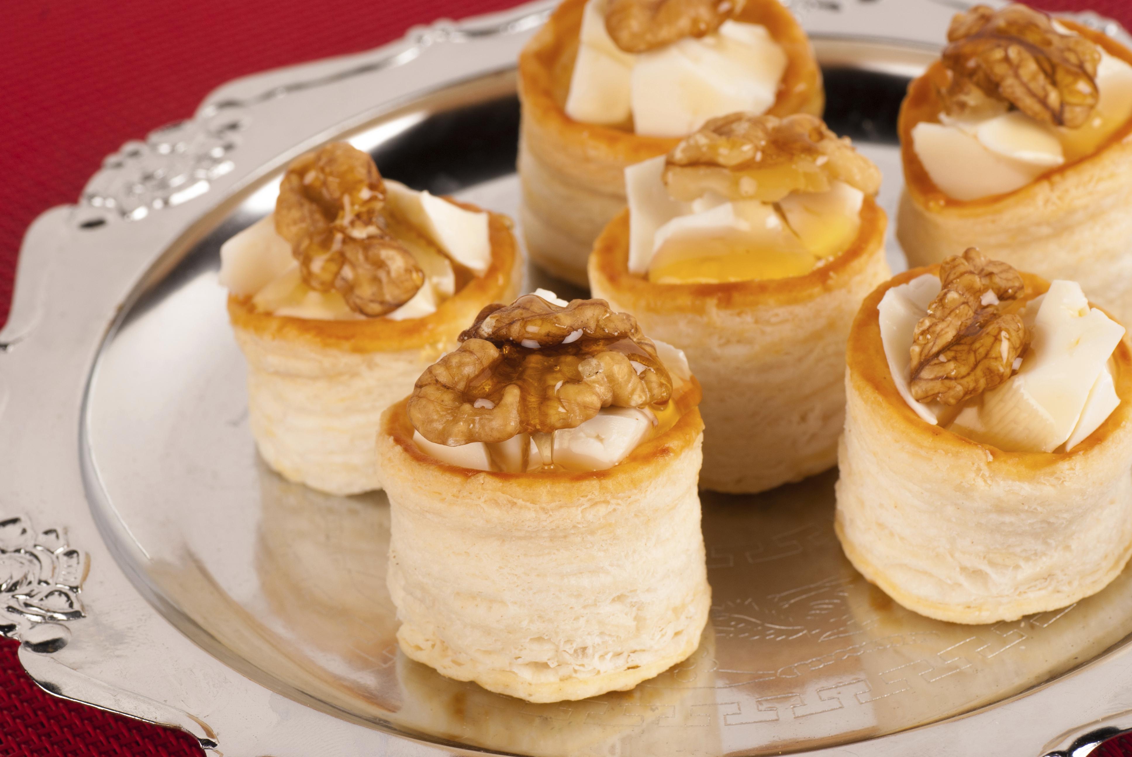 Volovan de queso, miel y nueces