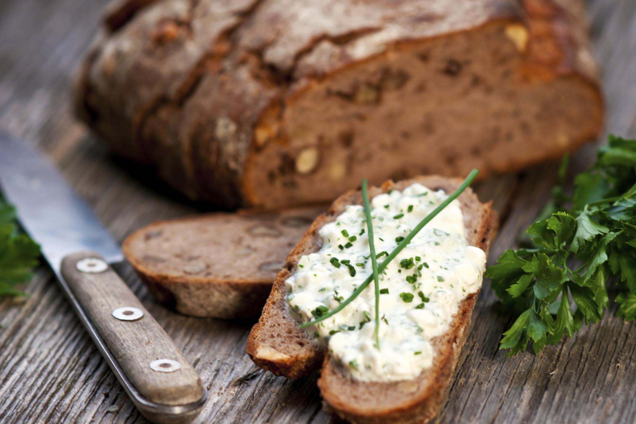 Canapés con queso y hierbas